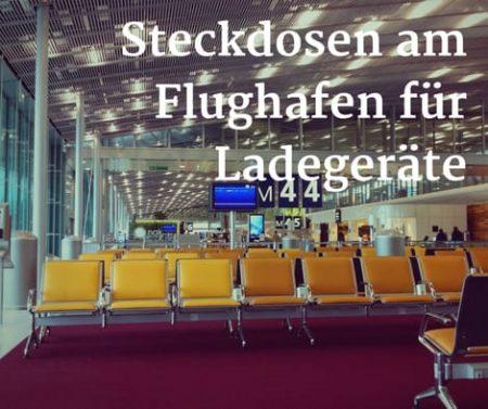 Steckdosen zwischen Sitzreihen am Flughafen für Handy-Ladegeräte und Laptops